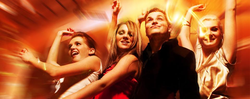 młodzi ludzie podczas zabawy tanecznej