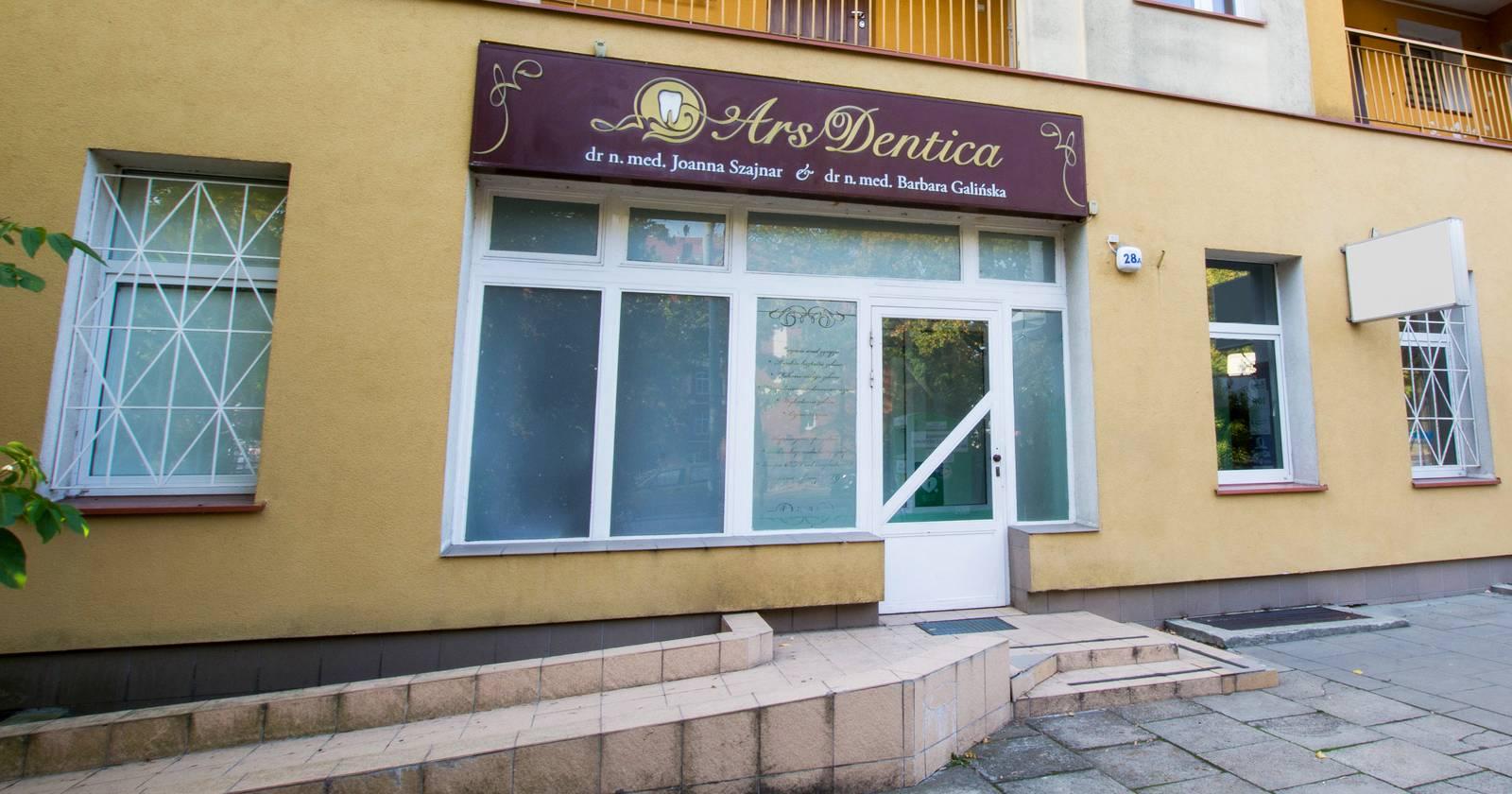 Witryna wejściowa Ars Dentiki (al. Piastów 28a)