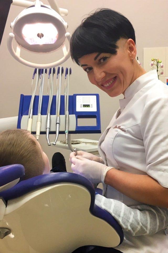 dr Barbara Galińska przy pacjencie